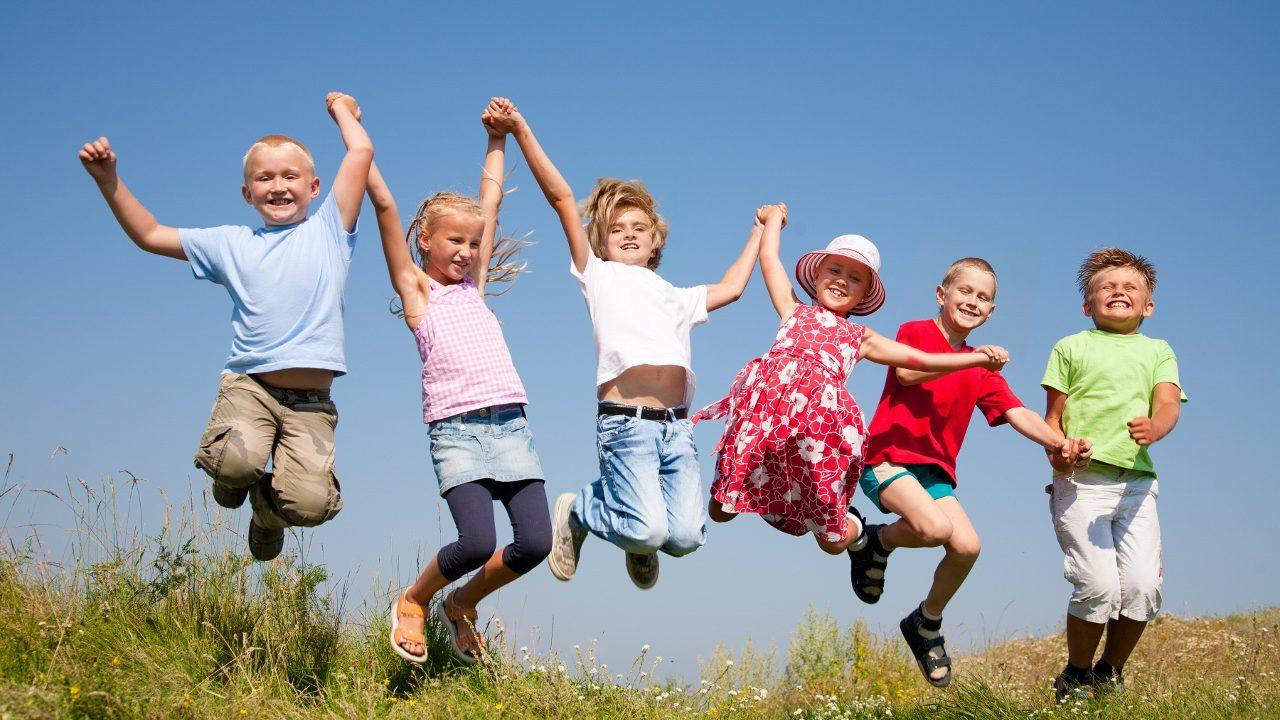 Envoyez vos enfants en colonie de vacances en été.